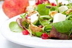 Misture a salada com a romã, o queijo e as porcas Fotos de Stock