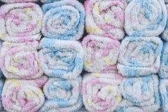 Misture toalhas roladas cor no shopping, ilha tropical Bali, Indonésia fotografia de stock royalty free