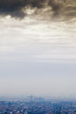Misty λυκόφως κάτω από την πόλη φθινοπώρου Στοκ Εικόνες