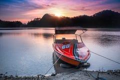 misty φύση πρωινού λιμνών έννοιας βαρκών στοκ φωτογραφία με δικαίωμα ελεύθερης χρήσης