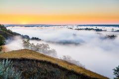 Αυγή της Misty πέρα από την κοιλάδα και το δάσος Στοκ εικόνα με δικαίωμα ελεύθερης χρήσης