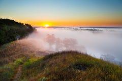 Αυγή της Misty από το λόφο πέρα από την κοιλάδα και το δάσος Στοκ φωτογραφία με δικαίωμα ελεύθερης χρήσης