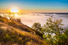 Αυγή της Misty από το λόφο πέρα από την κοιλάδα και το δάσος Στοκ φωτογραφίες με δικαίωμα ελεύθερης χρήσης