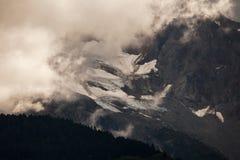 Misty Alaskan-bergen stock afbeelding