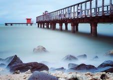 Misty Beach com água azul Imagem de Stock