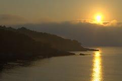 Misty Black Sea-de mening van de kustochtend Stock Fotografie