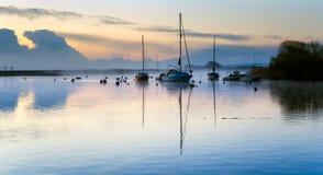 Misty Dawn på den Christchurch kajen Royaltyfri Fotografi
