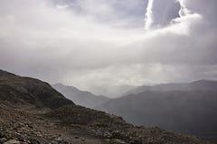 Misty Drizzling Rain op Bergtoppen stock fotografie