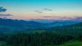 Misty Evening dans les montagnes banque de vidéos
