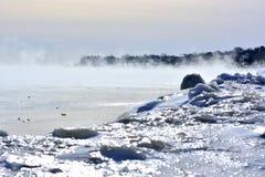 Misty Fog Rising från Great Lakes vatten arkivbilder