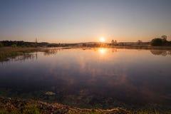 Misty Golden Sunrise Reflecting au-dessus de lac au printemps photographie stock libre de droits