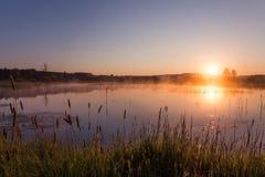 Misty Golden Sunrise Reflecting sobre el lago en primavera imagen de archivo libre de regalías