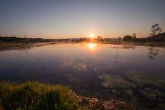 Misty Golden Sunrise Reflecting sobre el lago en primavera foto de archivo libre de regalías