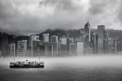 Misty Harbor - Victoria Harbor av Hong Kong Royaltyfria Bilder