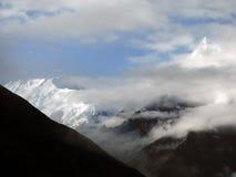 Misty Himalayan Peaks dans la mousson Images libres de droits