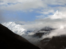 Misty Himalayan Peaks in Moesson royalty-vrije stock afbeeldingen