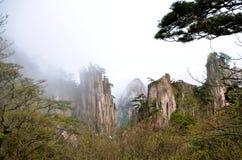Misty Huangshan Mountains Royaltyfria Bilder