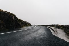 Misty Lonely Road en Irlanda imagenes de archivo