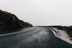 Misty Lonely Road na Irlanda imagens de stock