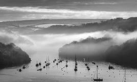 Misty Moorings, estuario di Fowey, Cornovaglia del sud fotografia stock libera da diritti