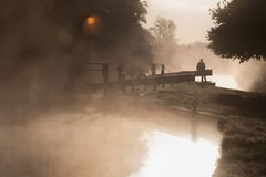 Misty Morning auf dem Kanal stockfoto