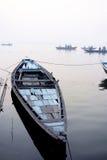 Misty Morning Boats en el Ganges Imágenes de archivo libres de regalías