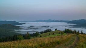 Misty Morning en las montañas almacen de video