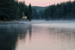 Misty Morning på sjön Royaltyfri Foto