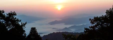 Misty Mountain på morgonen Royaltyfria Bilder