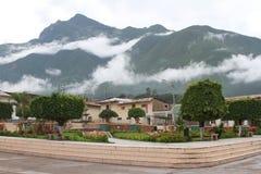 Misty Mountains över stadfyrkant i Peru Royaltyfri Bild