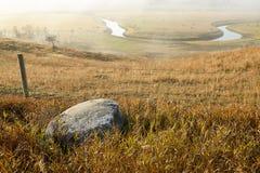 Misty North Dakota landskap med den Sheyenne floden arkivbilder