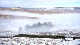 Misty Pennine Moors im Winter Stockfotografie