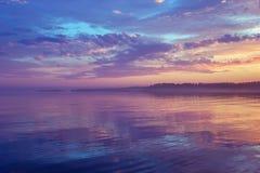 Misty Purple Seascape At Sunset i säsongen för vita nätter royaltyfri fotografi