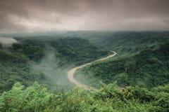 Misty River auf Hügel Stockfoto