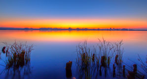 Misty Sunrise über See Lizenzfreie Stockfotografie