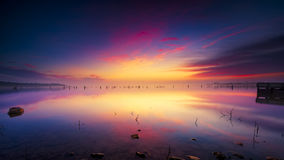 Misty Sunrise au-dessus de lac Benbrook photographie stock libre de droits