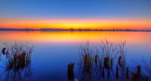 Misty Sunrise over meer Royalty-vrije Stock Fotografie
