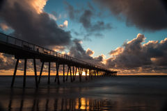 Misty Sunset am Hermosa-Strand-Pier Lizenzfreies Stockbild