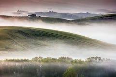 Misty Tuscany Landscape på gryning Fotografering för Bildbyråer