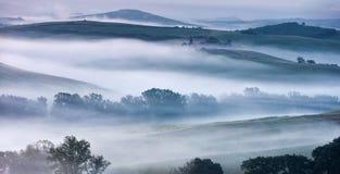 Misty Valley av Tuscany Royaltyfria Bilder