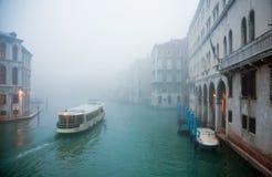 Misty Venice stad av kanaler och broar Royaltyfri Bild
