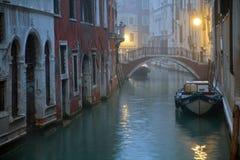 Misty Venice stad av kanaler och broar Royaltyfria Bilder