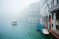 Misty Venice stad av kanaler och broar Arkivbilder
