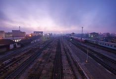 Mistycal soluppgång över drevstation arkivfoton