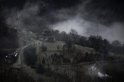 Mistyczka krajobraz z mgłowymi Karpackimi górami i kolyba - sezonowy dom bacy i lumberjacks, Ukraina, blisko Lumshory zdjęcie stock