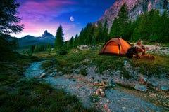 Mistyczny noc krajobraz w podwyżce, ognisku i namiocie pierwszoplanowych, Obrazy Stock