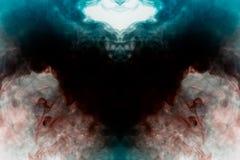 Mistyczny wzór stubarwny dym czerwony i błękitny w formie kruka z otwartymi skrzydłami tworzy uczucie czarny kolor zdjęcia royalty free