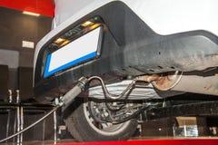 Misura del gas di scarico ad una stazione diagnostica in una carrozza ferroviaria Fotografia Stock