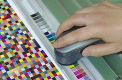 Misura dello strumento dello spettrofotometro Fotografie Stock Libere da Diritti