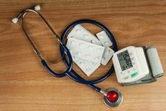 Misura di ipertensione Trattamento della malattia di civilizzazione Cuore ammalato fotografie stock libere da diritti